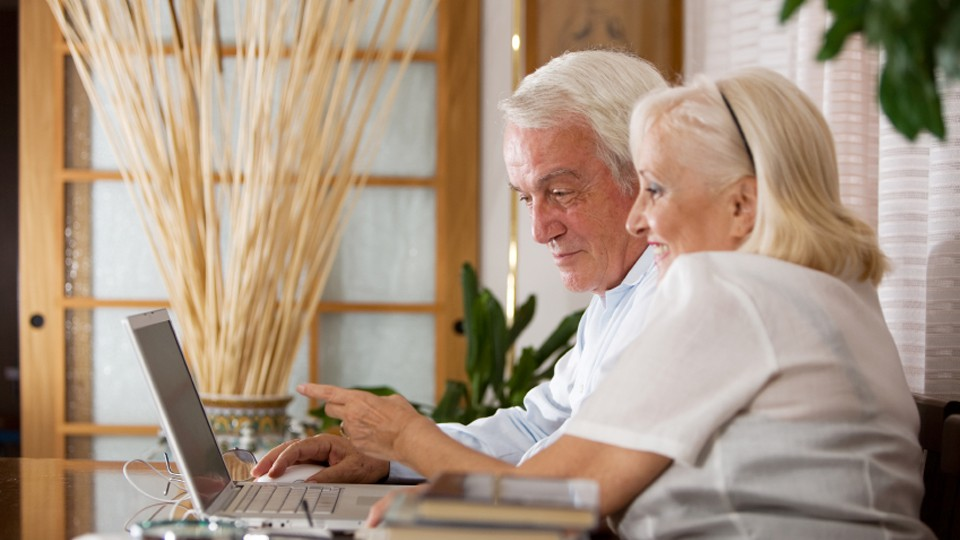 senior-couple-computer