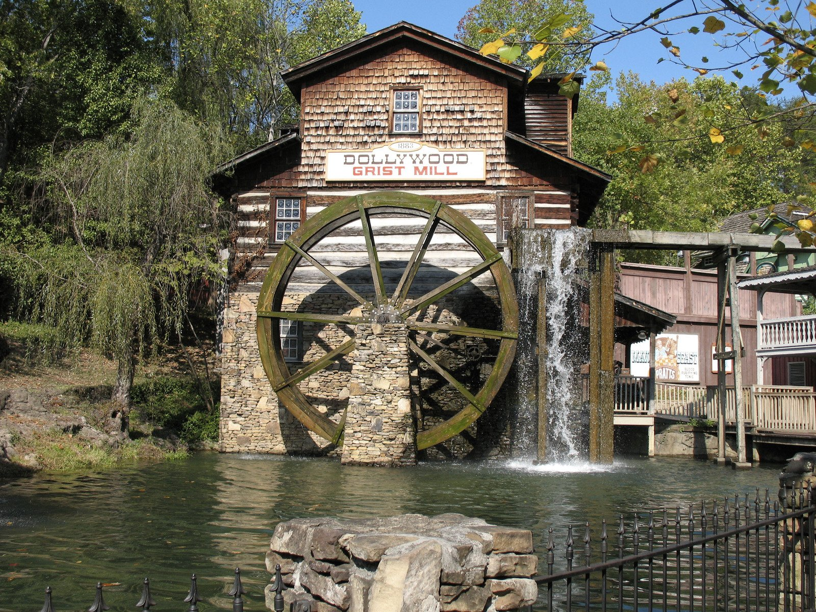 Dollywood Grist Mill / Courtney Backlund / FreeImages